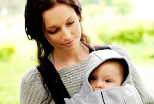 Поради, як правильно носити і тримати грудничка