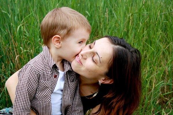 сын на маме фото