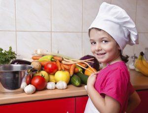 Ребенок на кухне: чем занять и какую пользу это принесет