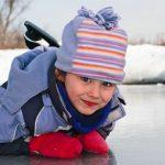 Как познакомить ребенка с коньками и катком?