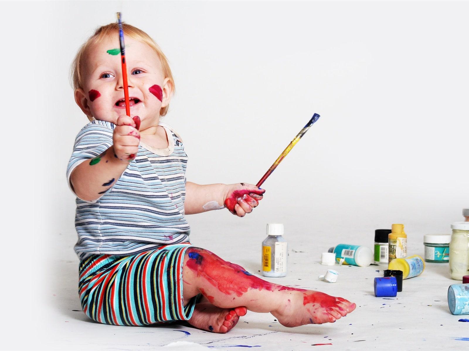 Ребенок с кисточкой 48