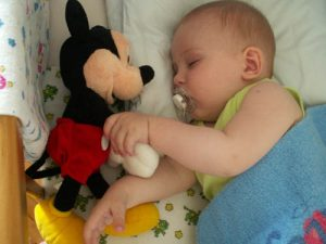 В шесть месяцев ребенок активно играет с игрушками