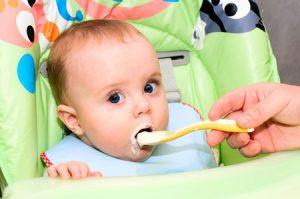 С чего и когда начинать прикорм ребенка