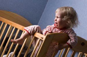 Что делать, если ребенок боится спать один