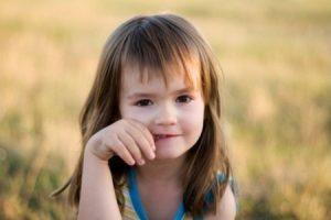 Как отучить ребенка от привычки грызть ногти
