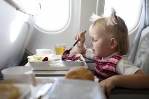 Как подготовить ребенка к перелету и чем развлечь на борту
