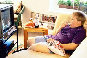 Позволять ли ребенку есть перед телевизором?