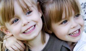 Отдавать ли близнецов в один класс?
