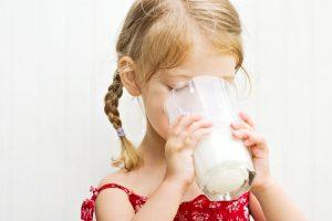Когда и какое молоко можно давать ребенку