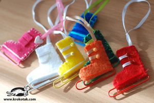 Делаем с ребенком новогодние игрушки: коньки из скрепок