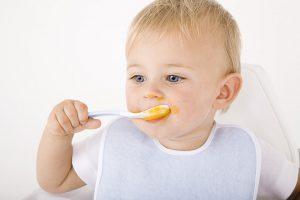 Как научить кушать ложкой