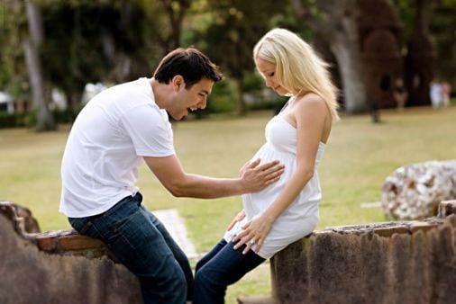 Когда ребенок начинает шевелиться в утробе?