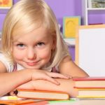 ребенок читает