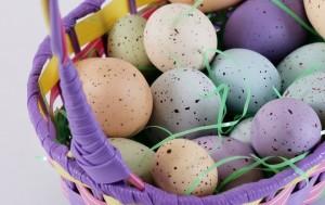 Красим с ребенком пасхальные яйца
