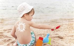 Как ухаживать за кожей ребенка летом