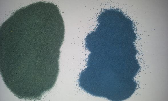 Слева – песок с тушью, справа – окрашенный темперной краской