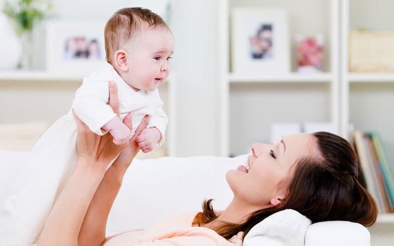 Советы молодой маме: чем заняться с грудничком дома