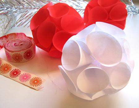 Новогодние поделки: елочные шары из бумаги